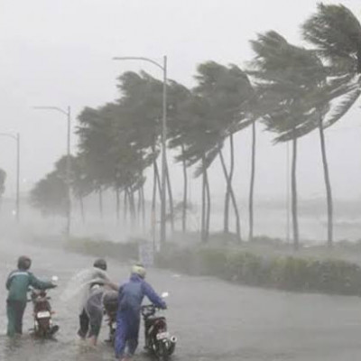 .  As a result, it will not hit the coastal areas.  The cyclone is expected to hit the central part of the country.  It can stay in Bangladesh for 6 hours.  After that it will enter India again.  During its position in Bangladesh, its speed will be 72 to 8 kmph.  This information was received from the Meteorological Department in Agargaon on Saturday morning.  It is said that Hurricane Fanny has changed its direction.  It can reach India via Khulna, Jessore, Satkhira, Kushtia, Narail, Meherpur, Dinajpur, Rajshahi and Rangpur.  It is learned that 14 people have lost their lives so far in different parts of Bangladesh due to Fani's injuries.  From midnight on Friday, it has started raining with gusty winds all over the country including the capital.