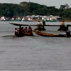 In the picture, we can see a boat bazaar with water all around and it is a river area. Two people went missing after their dinghy boat sank in the Dhanu river on Tuesday morning due to strong winds and strong currents at Harakandi in Khaliajuri upazila of Netrokona district.   Khaliajuri Police Station Officer-in-Charge ATM Mahmudul Haque said seven passengers were on their way to Lepsia Bazar in Khaliajuri Upazila from Gaglajur in Mohanganj Upazila in a small engine-driven dinghy in the morning.  At around 10 am, the dinghy reached Harakandi in Khaliajuri upazila of Dhanu river and sank due to strong winds and strong currents.  Five passengers of the boat were able to swim to shore, but two passengers are still missing.  The missing passengers are Sushil Das (55) and Sharmin Akter (45) of Nayabazar area of ​​Gaglajur union of Mohanganj upazila.  Mymensingh Fire Service divers have been informed as the police reached the spot after receiving the news of the sinking of the boat.