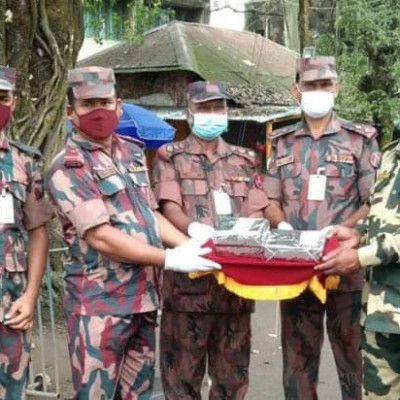 The picture here shows food being distributed between two groups at the border on the day of the biggest festival of Hinduism.  The Indian Border Security Force (BSF) and Border Guard Bangladesh (BGB) have exchanged autumn greetings with sweet gifts at the Hili border in Dinajpur on the occasion of Durga Puja. Naik Subedar Yasin Ali, 20 BGB Healy ICP Camp Commander, exchanged greetings and greetings with a sweet gift at the hands of Healy BSF Camp Commander Suresh Rahat of India at 11:30 am on Sunday.Unique members of BGB and BSF including BGB Healy BOP Camp Commander Subedar Solaiman, BSF Balupara-160 Commander SI Navakumar were present at the occasion.  In this way, the existing good relations between the two forces on duty at the border are further strengthened.