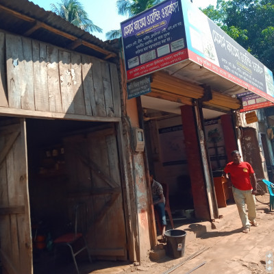 Here is a picture of a workshop I presented to you.  The name of which is Mssers Fatema Welding Workshop.  And this kind of work is done here.  That's why workers do more and more of these kinds of work.  And here all the work of iron is done.  Iron is made wherever the family needs it.  Assuming the door window grille is all made from here.  And is made as it is called.  Delivered to that address.  And that's why they do so much more.  There is a lot of work done above our Satkhira city and it is very important.  The popularity has increased a lot. Many people take what they are asked to make when they are finished.