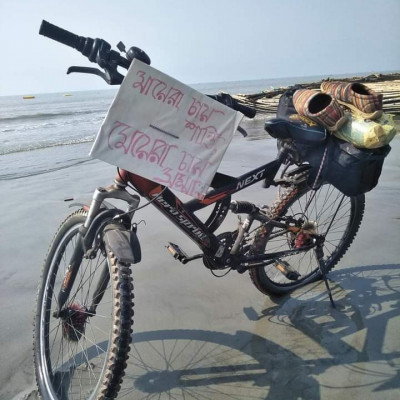 You can see the picture, I rode this bike and went to travel in the sea.  The bicycle is next to the Ganges.  As soon as I woke up, I said goodbye to Bandanadidi and cycled on a smooth road.  I went around Kapil Muni's ashram and went down to the sea.  I sat in silence for a long time.  Shivaratri was that day.  Who knows how much longer I would have stayed there if the crowd had not gathered little by little!  So even though I thought I would drive less that day, I had to drive 6 kilometers.  Gangasagar is 31 km from Bandanadi's house in Kachuberia, Benuban jetty is 16 km from Gangasagar to Namkhana, Bakkhali is 27 km from Namkhana ghat.  The matter could have ended in 75 km.  But when there was only 9 kilometers left to reach Henry Island, there was talk with Rabinbabu.  He took a short interview.  Then he said to see with his own eyes what damage was done to the village by the storm.  Went to see Haripur village.  Rabinbabu's house is drinking water, sweets, syrups, etc.  I can see on Google map that Henry Island is 16 kilometers from there.