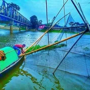 In the past, fishermen used to fish in different ways, but one of them was to take a bus and a net to carry them across the river. This was their biggest step, but this step is no more.  From the river they can now collect a lot of fish.