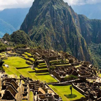 Peru's famous Machu Picchu Hills.  It is originally located on a mountaintop in the Peruvian Yoruba Valley.   Machu Picchu is an Inca city before Columbus discovered America.  Its height is 20 meters or 5 feet above sea level.  It is originally located on a mountaintop in the Peruvian Yoruba Valley.