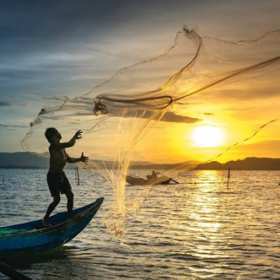 Looking at this picture, this picture shows a scene of a man beating in the district and this picture is a picture of the morning sun rising.The fishermen fish in boats every day and the fishermen get a lot of fish and sell it in the market with limits