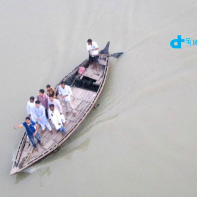 Our country is riverine.  In any district of this country, you will see some river.  And the only boat carrying those rivers is the boat.  Today's scene is just such a scene.  Boats are in the middle of the river.  And the passengers of the boat are busy lifting the selfie.