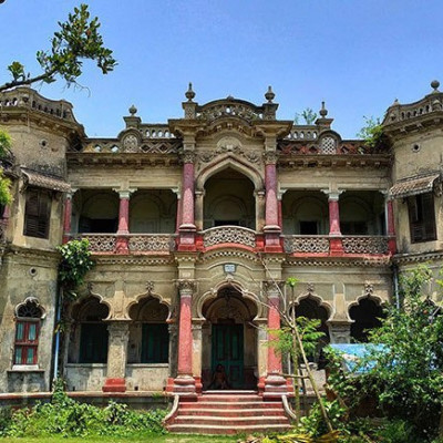 This picture shows a house.  The house looks very old and it is located in the southern part of Bangladesh.  A village in Satkhira district in Bangladesh.  It looks very beautiful. There are very few such scenes. There are very few such scenes and the houses look beautiful. It is located in Satkhira district of Bangladesh.