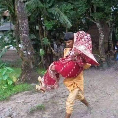 The scene of Khulna Biyakara returning home to Barjatitar, the roads were dry when she went to get married, but there was no problem when she went to Eju, but due to the rain in the middle of the wedding, all the dirt roads became muddy and she had to carry her daughter-in-law on her lap.