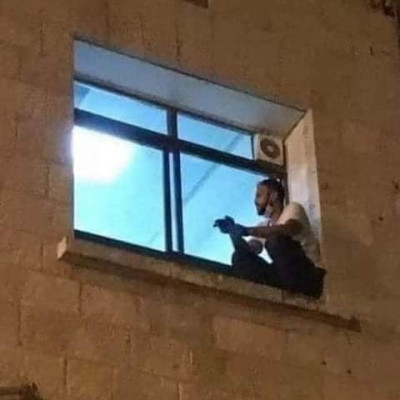 A young man is sitting by the window on several floors of the hospital.  The incident took place in the West Bank of Palestine.  But why is the boy sitting by the window of the hospital like this? His name is Jihad Al Suwaiti.  Age 30.  Mother Rasmi Suwaiti Korona was admitted to this hospital.  The boy was not allowed to visit his mother, who was admitted to the intensive care unit of the government hospital Hebron State Hospital.  But he could not be suppressed.  He climbed the high wall of the hospital and reached the window next to his mother's ward.  He did not want to lose sight of his mother.  Didn't want to move away from mom at the last moment.  Through the window he saw his mother's last breath, gone forever.  As long as his mother was hospitalized, this young man would sit by the window like this every night.      The young man later said, I felt helpless.  I couldn't leave my mother and stay at home.  So I would sit by the hospital window.  To see mom.