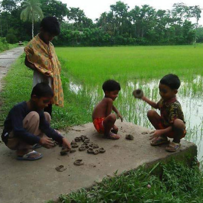 This picture shows the children of our village Jayala sitting on the side of the road crying and playing. It is very nice to see them playing.  They are going to make them like bones and they look very nice. The scene of this game is that the children of the village are playing with mud and they love to play in the mud. They are playing this game with mud.  The scene of Karna and all of them are the children of the village sitting on the gate of the road by the side of the field to their delight. They are playing. They are very young and they are playing in a very beautiful way.