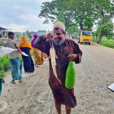 This old man is very happy because he has a big fish in his hand and a pumpkin in his other hand. There is a benefit. In fact, it can be cooked and eaten together with Loud.  Will get