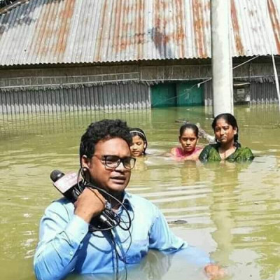 Here is a very beautiful scene. This is a scene where the journalists are doing various calculations. There is a lot of rain going on inside the house and water is rising on the heads of the people. Here is a scene.