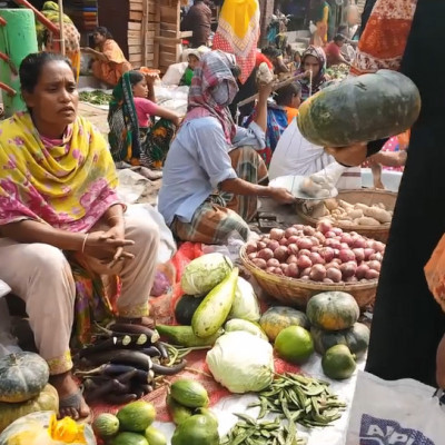 Such small markets can be seen all over Bangladesh. In all those markets women shop more and become shopkeepers. Here a woman is buying and selling something. A woman is buying a pumpkin. And a woman is sitting in front with some vegetables to sell. He has Pepe. She has a sweet pumpkin. He has cucumbers, carrots. He has eggplant. Many more kinds of curry.