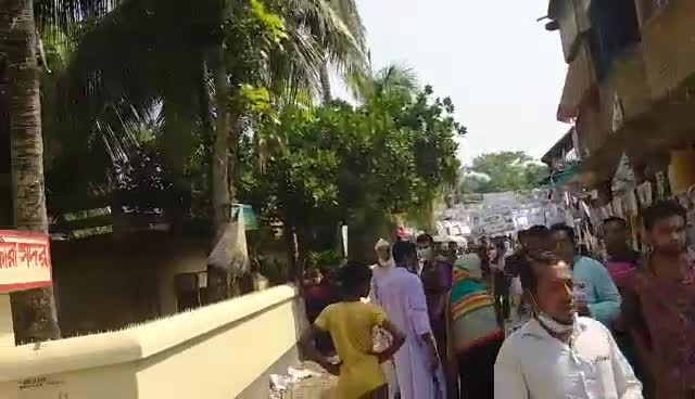 Many people are gathering at the polling booths to elect the candidate for the post of member of Union Council No. 9