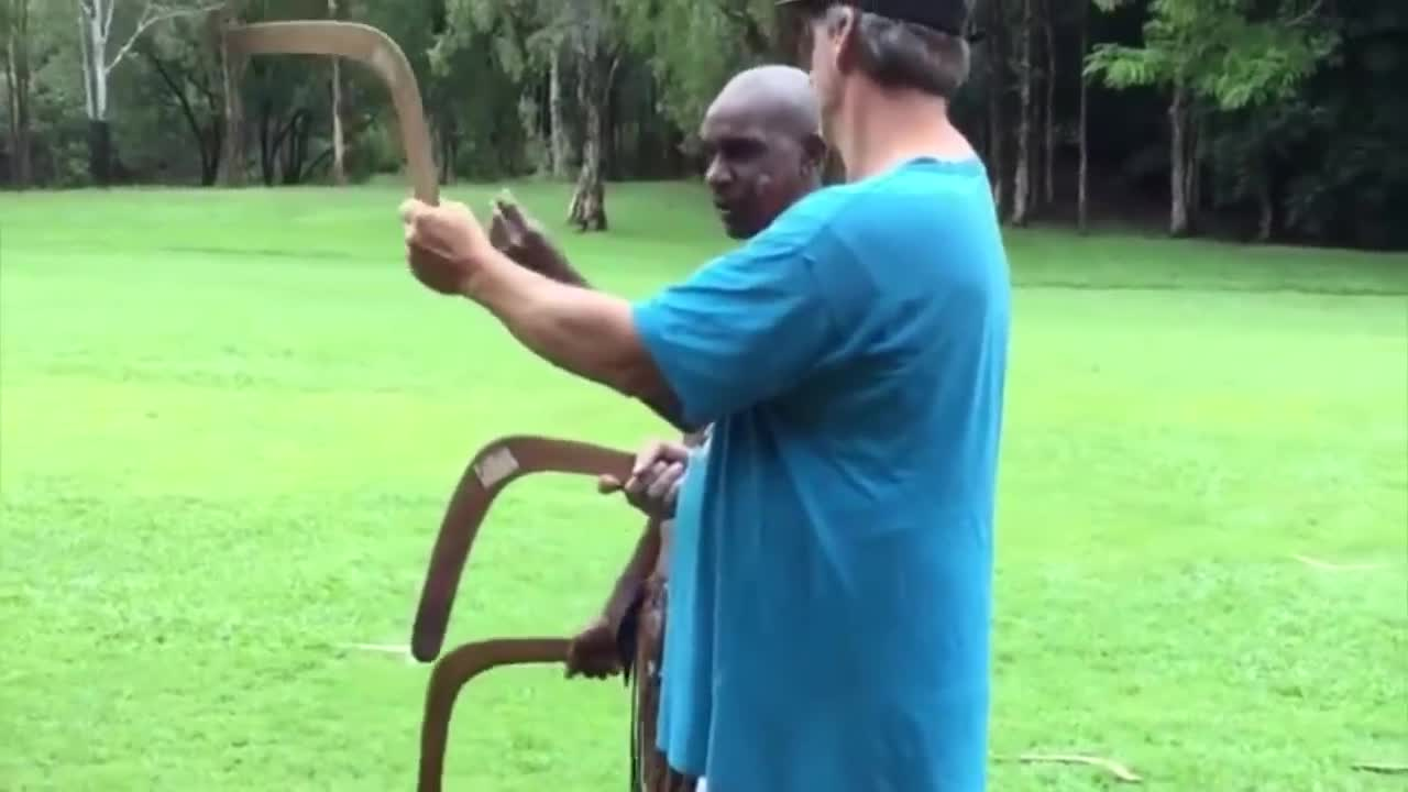 how to throw a boomerang with Aborigines💪