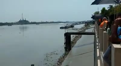 River Ban. The river water is very high when the river is flooded. Is much higher. Moves forward.