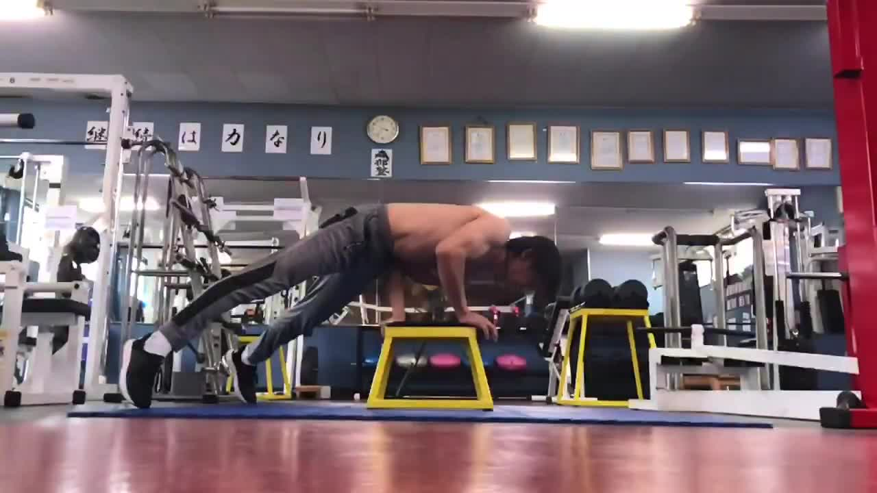 ONE HAND STAND HORIZONTAL KEEP