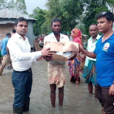 Satkhira former NDC Abu Sayeed Sir is now distributing relief among the flood affected people in Lalmonirhat Kurigram.