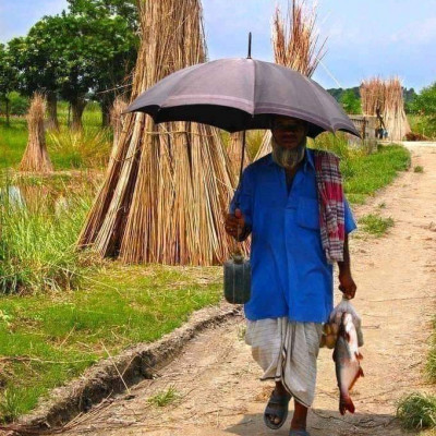 Here is a very beautiful picture of a man going home from the market and a picture of him is seen here and it looks very beautiful and the people of the village are seen shopping there.